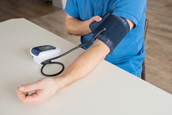 Thường xuyên tự theo dõi huyết áp tại nhà cũng là cách loại trừ khả năng tăng huyết áp áo choàng trắng
