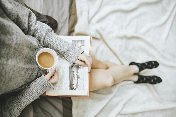 Tự thưởng cho bản thân một khoảng thời gian riêng tư, thư giãn sẽ giúp phần nào cải thiện tâm trạng