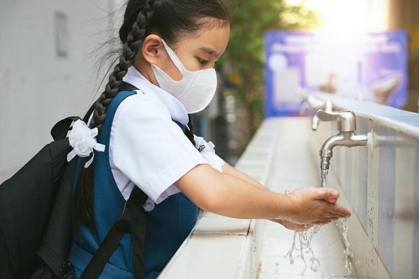 Các bậc phụ huynh nên hướng dẫn trẻ các biện pháp bảo vệ bản thân trước dịch bệnh