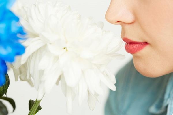 Mất cảm nhận mùi vị được xem là một trong những triệu chứng có thể xảy ra ở bệnh nhân COVID-19