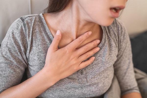 Khó thở là một trong các triệu chứng giúp nhận biết cơn hen suyễn