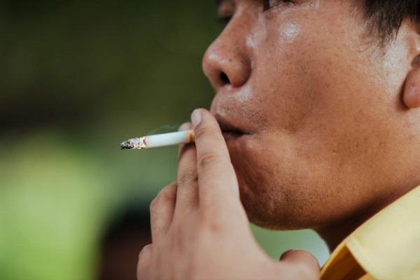 Hút thuốc lá là một trong những nguyên nhân hàng đầu gây ra bệnh phổi tắc nghẽn mạn tính