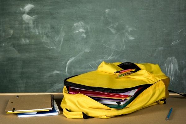 Ba mẹ nên khuyên trẻ mang những thứ cần thiết đi học nhằm tránh cặp quá nặng