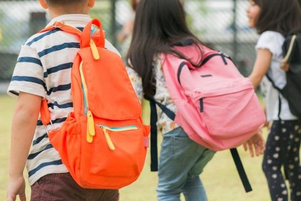 Cặp đi học nặng sẽ gây hại lên lưng và vai của trẻ nhỏ