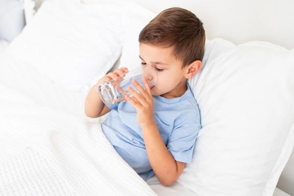 Khi có các dấu hiệu như ho, đau họng, đau mắt đỏ, ba mẹ cũng nên để trẻ nghỉ ngơi dưỡng bệnh