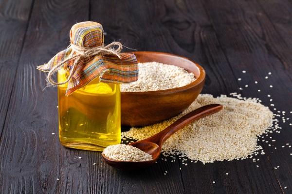 Vitamin E là một vitamin tan trong dầu mỡ, xuất hiện trong nhiều loại thức ăn. Nguồn vitamin E tự nhiên hàng đầu là dầu thực vật, đặc biệt là dầu mầm lúa mì, dầu hướng dương, dầu hạt bông