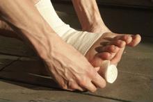 4 bước sơ cứu người bị bong gân, trật khớp