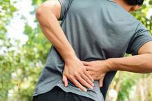 Điều trị thoát vị đĩa đệm vùng lưng dưới khi nào cần phải phẫu thuật?