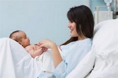 Chế độ dinh dưỡng cho mẹ sau sinh thường và sinh mổ