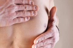 Dấu hiệu bị ung thư vú ở nam và nữ có giống nhau không?