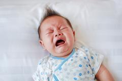 Làm gì khi trẻ sơ sinh hay quấy khóc vào ban đêm?