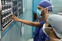 Nhiều y bác sĩ nước ngoài đến Việt Nam học nghề