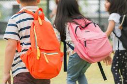 Mang cặp quá nặng - Ảnh hưởng gì lên trẻ nhỏ?