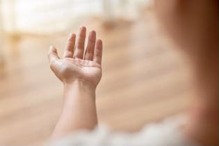Xin lời khuyên chữa tê bàn tay