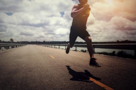 Giảm cân bằng đi bộ hay chạy bộ hiệu quả hơn ?